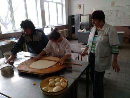 Подготовка за Коледната изложба - Професионална гимназия по туризъм Кюстендил