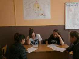 обсъждане на брошурите за представителната изява - Професионална гимназия по туризъм Кюстендил